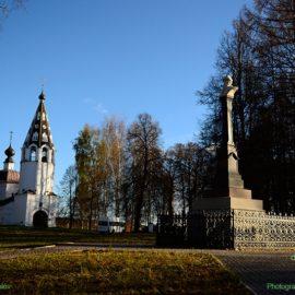 Памятник Василию I и Успенский собор