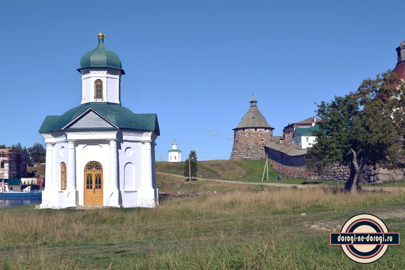 Вид на две часовни вдоль монастырской стены.