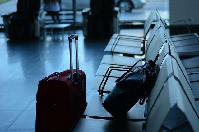 На английском языке ручная кладь - это Cabin luggage, а багаж, который мы сдаем на стойке регистрации, называется Checked luggage