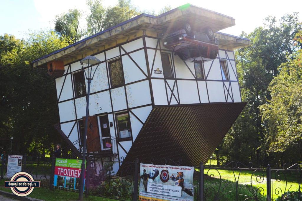 Калининград. Перевернутый дом в парке рядом с Марауненхоф.