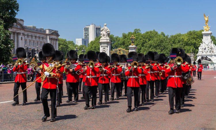 Смена королевской охраны