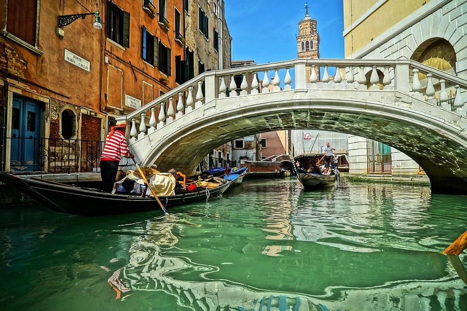 Мост и гондола в Венеции