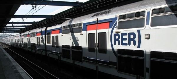 Поезд RER на станции