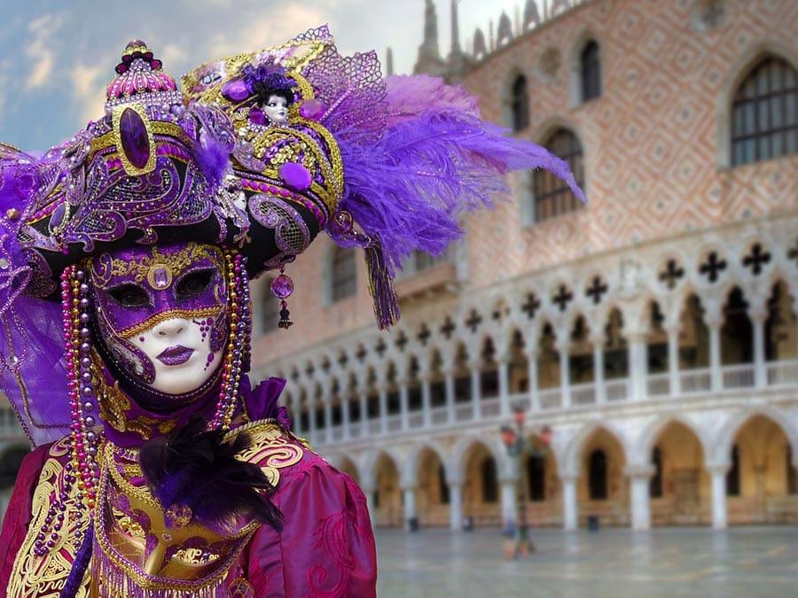 Главное событие в Венеции проходит в феврале. Это яркий и красочный венецианский Карнавал, привлекающий в город массу туристов