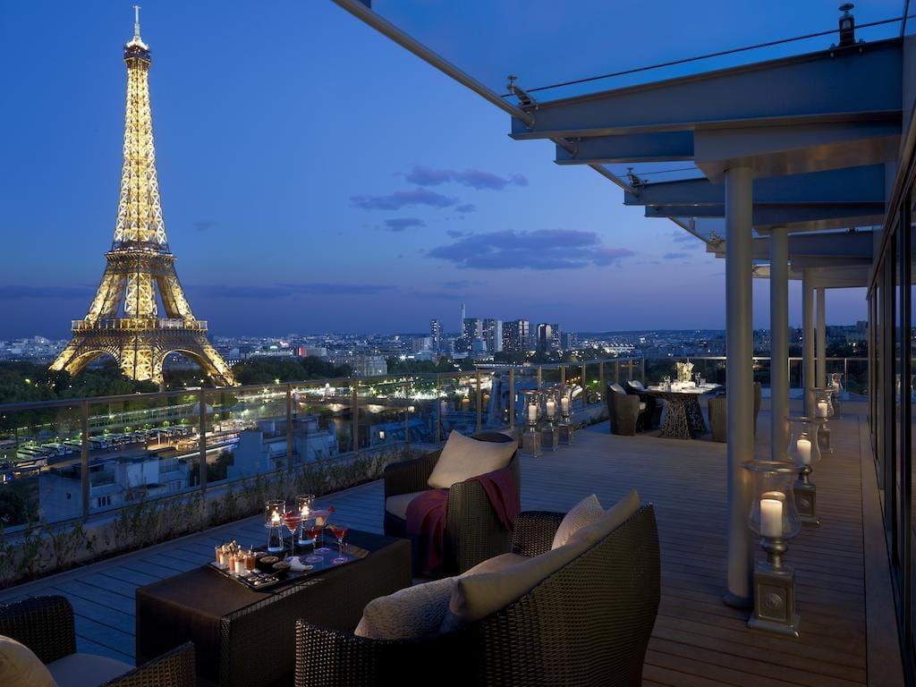 Вид на Эйфелеву башню из отеля Shangri-La