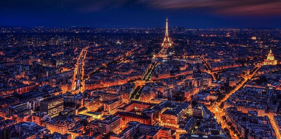 Вид на Эйфелеву башню с небоскрёба Монпарнас.