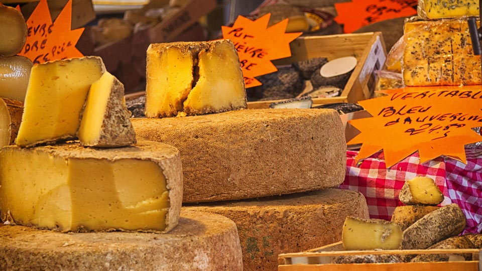 Сыр на рынке в Париже