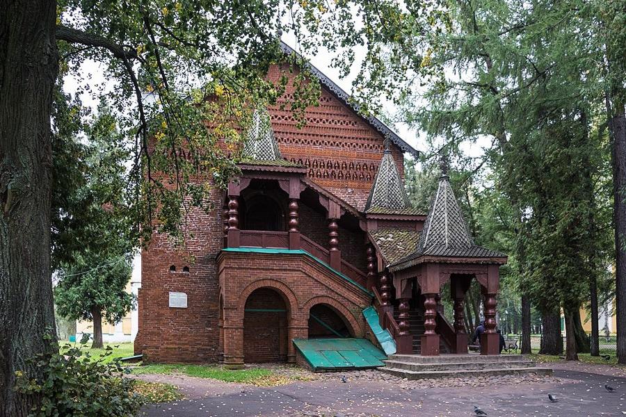 Палаты удельных князей в Угличе. По цвету кирпичей видно, какие участки реставрировались.