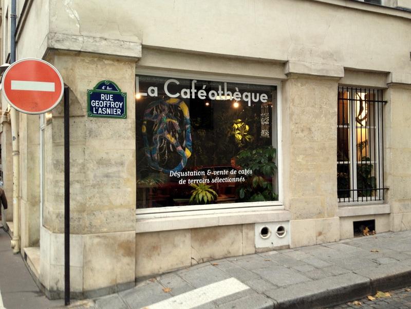 Фасад кофейни La Caféothèque de Paris и подсказка как её найти.