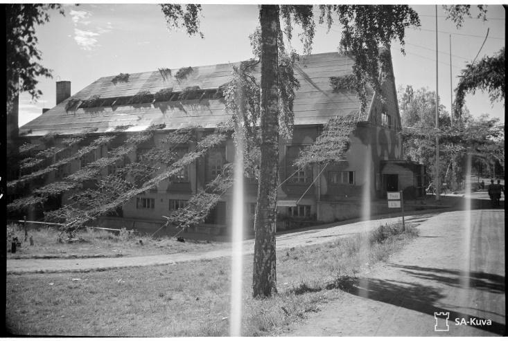 Здание офицерской столовой в защитной маскировке, июль 1944 года