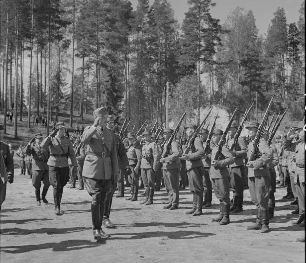 Маннергейм принимает парад перед горой Филина, 30.05.1943