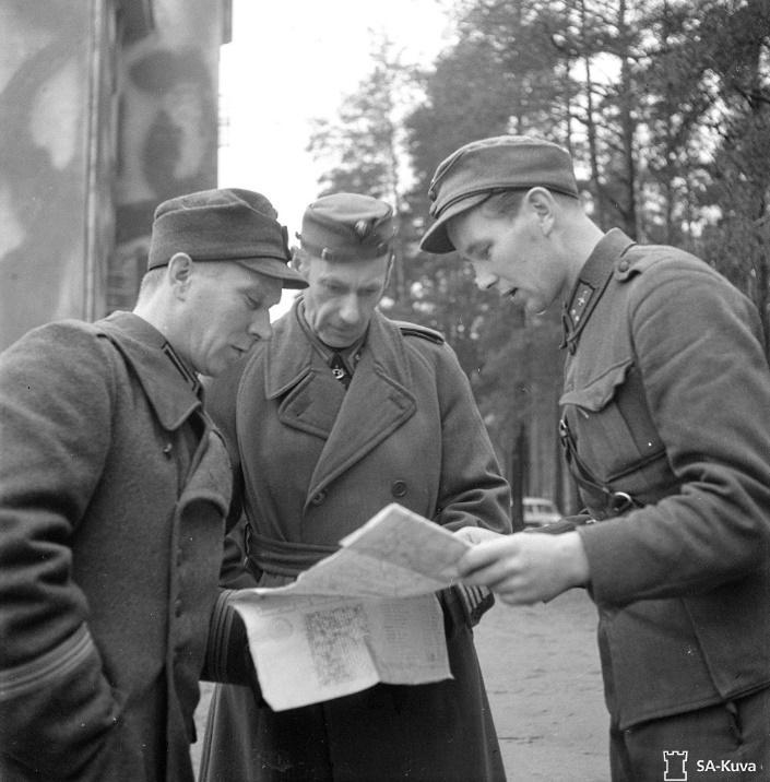 Офицеры инженерных войск, полковник Окса (в центре) и капитан Салмела (слева), 1943 г.