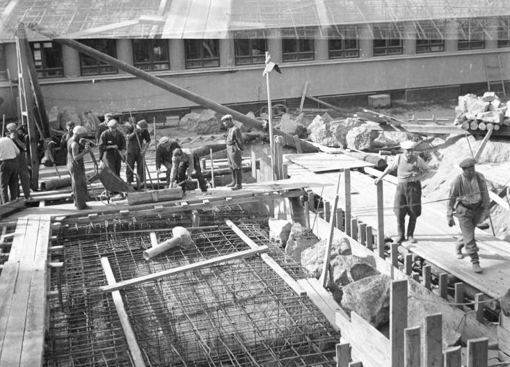 Строительство бомбоубежища у здания штаба, август 1942 года