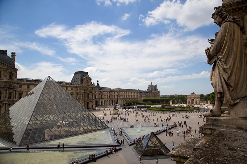 Вход в Лувр