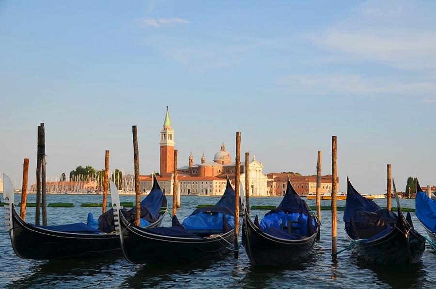 Гондолы - один из самых ярких символов Венеции