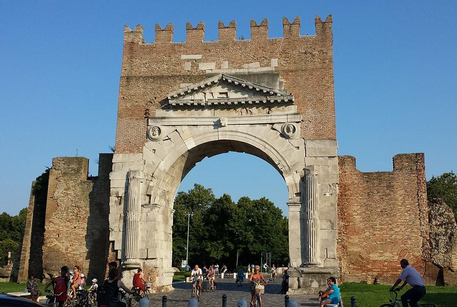 Арка Августа - старейшая римская арка вИталии