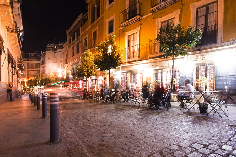 Вечером на улицах в центре Рима всегда оживленно
