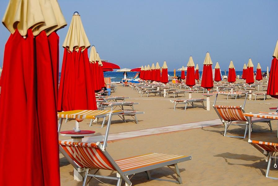 Пляжи здесь тянутся на15километров, соединяя вединое целое бывшие посёлки, которые ныне стали районами Римини