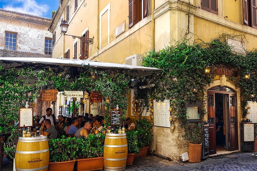 Отдых в Риме невозможно представить без душевных посиделок в уютных и по-домашнему гостеприимных местных тратториях