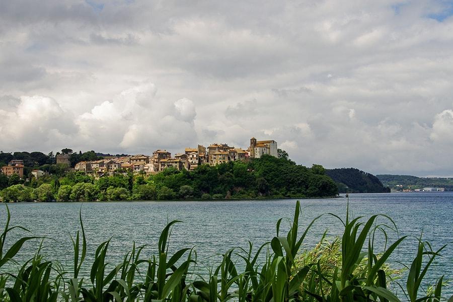 Главные достопримечательности Браччано - озеро и одноимённый замок