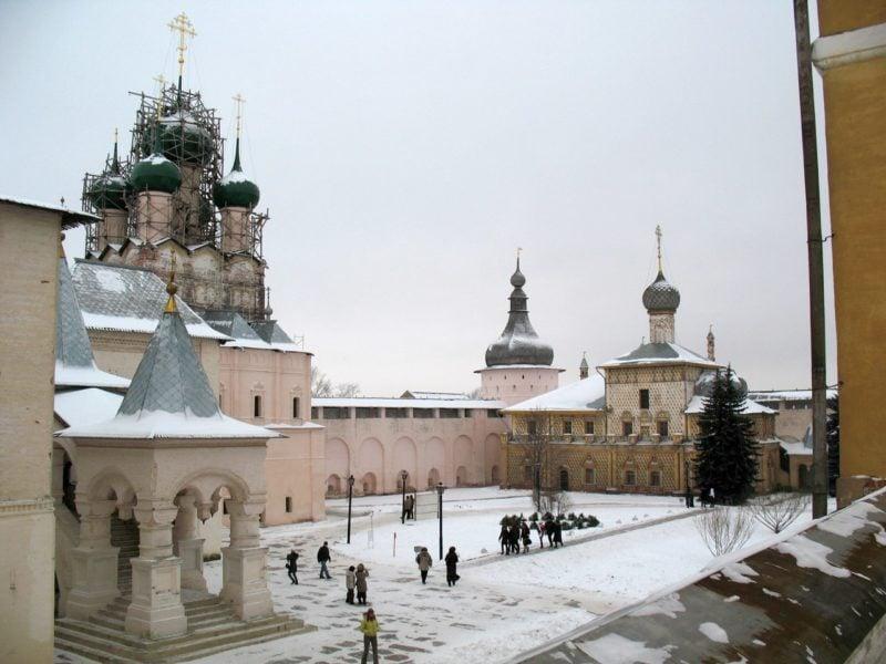 Двор митрополита зимой.