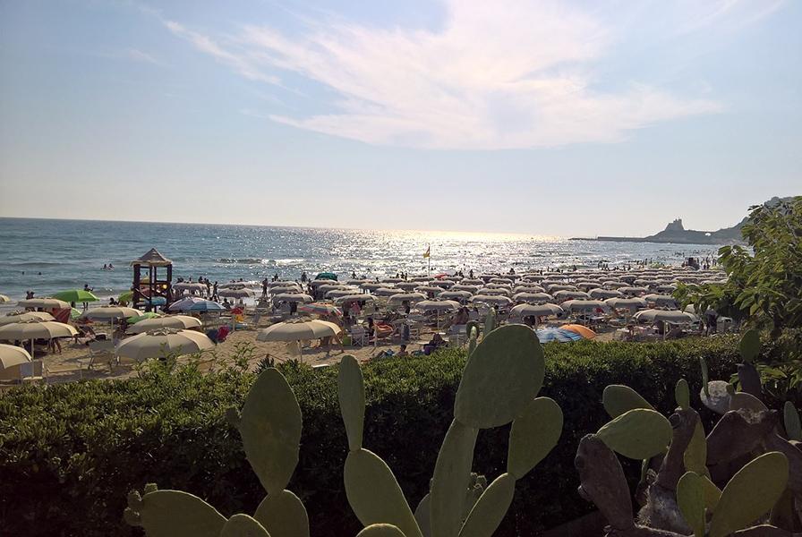 Пляжи Сперлонги в разгар сезона