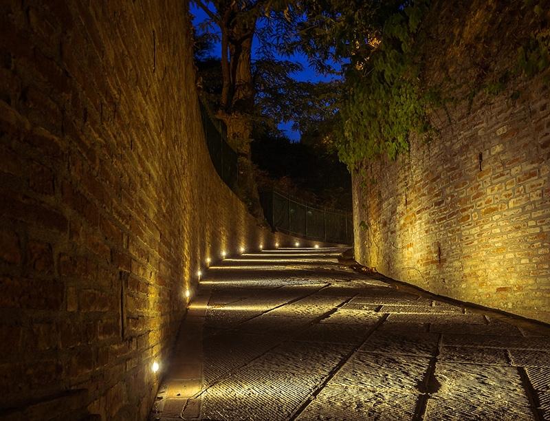 Ночные улочки Пизы с яркой подсветкой не дадут вам сбится с дороги