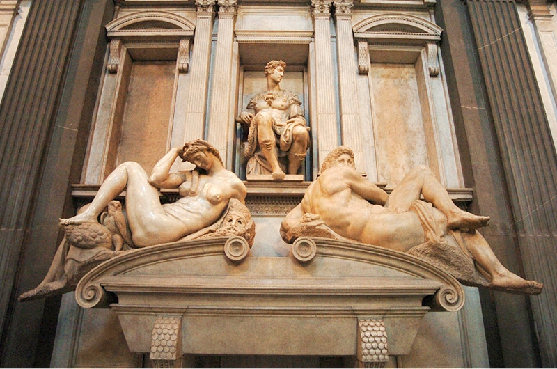 Скульптуры-аллегории работы Микеланджело «День» и «Ночь» над гробницей Дж. Немурского
