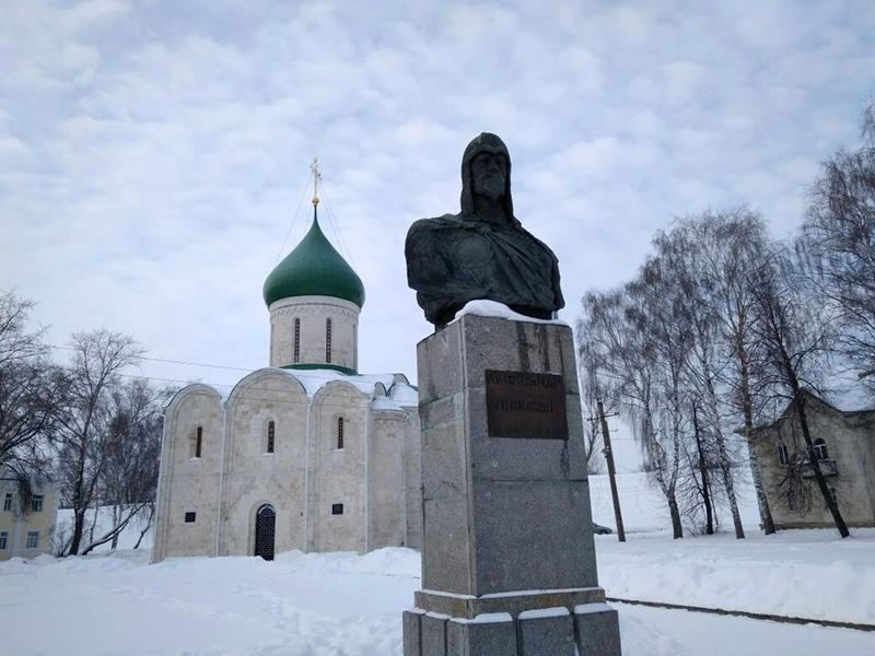 Спасо-Преображенский собор и памятник Александру Невскому в центре Переславль-Залесского