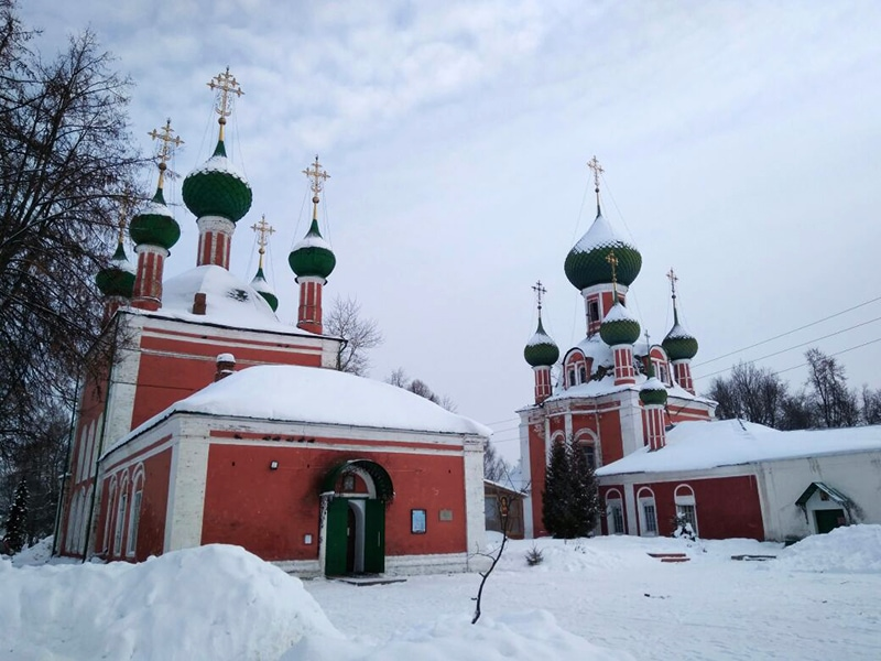 Храмы Владимирский и Александра Невского стоят рядом друг с другом и похожи как братья-близнецы