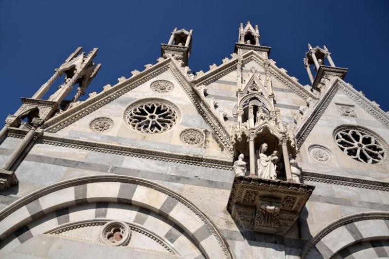 Готический фасад церкви Санта-Мария-делла-Спина очень красив
