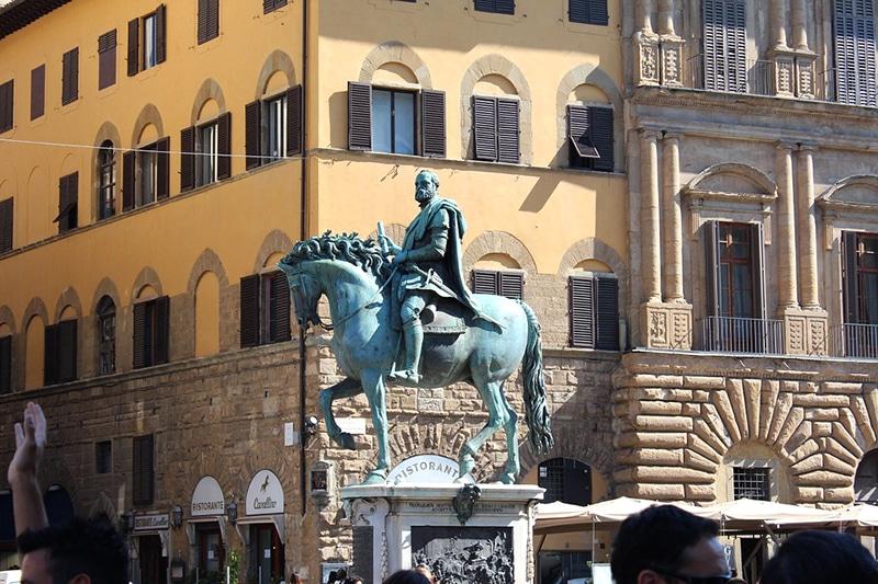 В самом центре площади — конная статуя Козимо I Медичи