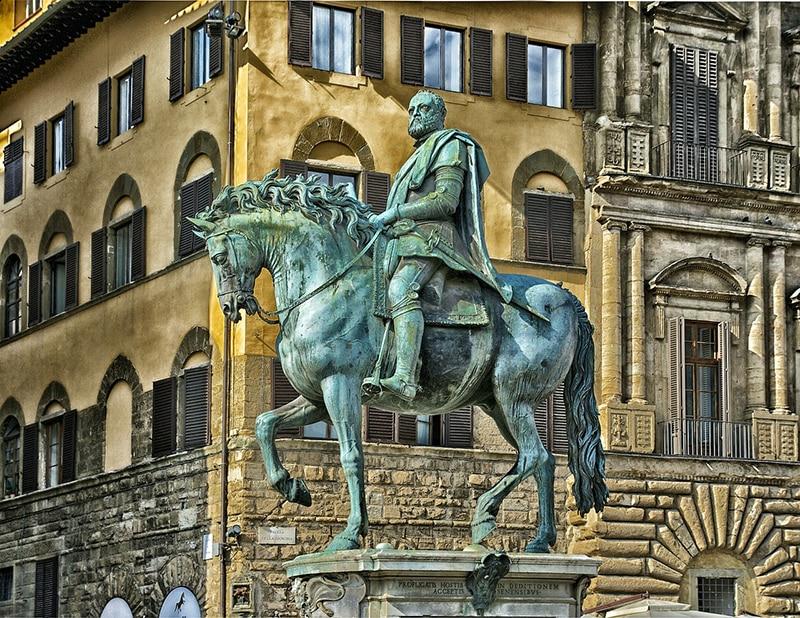Памятник Козимо I Медичи, герцогу Тосканскому, в центре Флоренции
