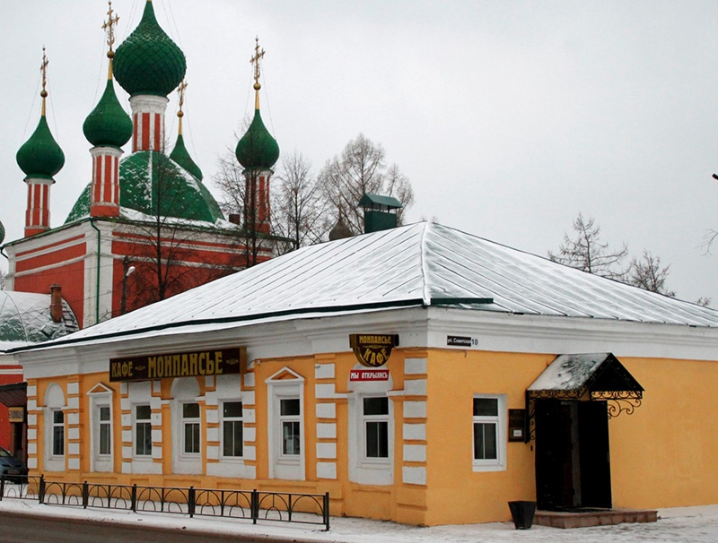 "Кафе ""Монпансье"". За ним - купола храма А. Невского"