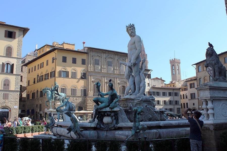 Площадь Синьории в центре Флоренции. Большинство отелей вокруг площади расположены в старинных зданиях. Цены на проживание наиболее высокие