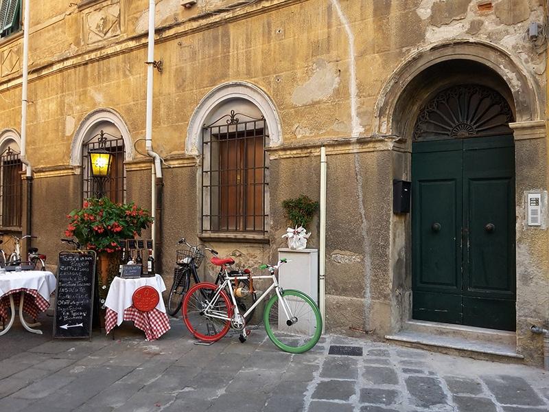 Уютные уличные кафе в центре Пизы так и манят сесть за столик