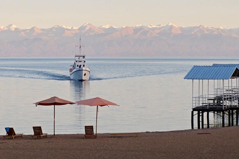 Северный берег озера Иссык-Куль (фото с сайта: www.mykgstan.com)