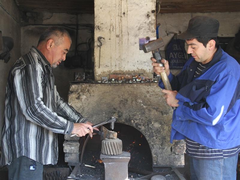 Ремесленники на старом Ошском базаре (фото с сайта: www.mykgstan.com)