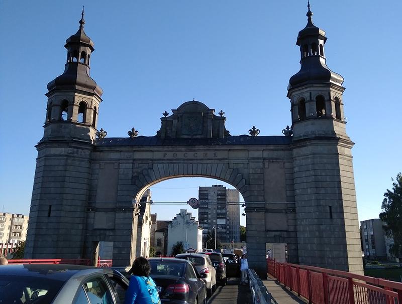 Исторический мост прусской королевы Луизы. Расположен между погранпереходами Панямуне - Советск. Многочасовая очередь при въезде на территорию Калининградской области