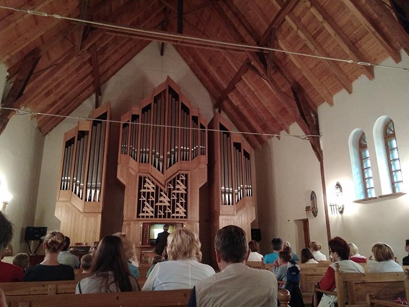 """Внутри органного зала """"Макаров"""". Это дневной концерт для детей - с рассказом об истории органа и небольшим концертом"""