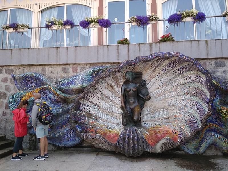 """Скульптура """"Нимфа"""" Германа Брахерта на набережной Светлогорска. Рядом - одноименное кафе с панорамным видом на море"""