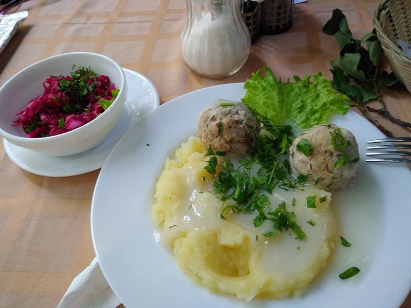 """Настоящие кенигсбергские клопсы - фирменное блюдо в кафе """"Ветерок"""". Я видела здесь и немцев, с удовольствием их поедающих"""