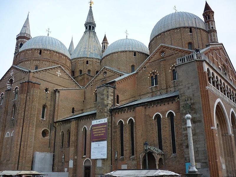 Базилика Святого Антония Падуанского - это один из самых больших и популярных соборов на севере Италии