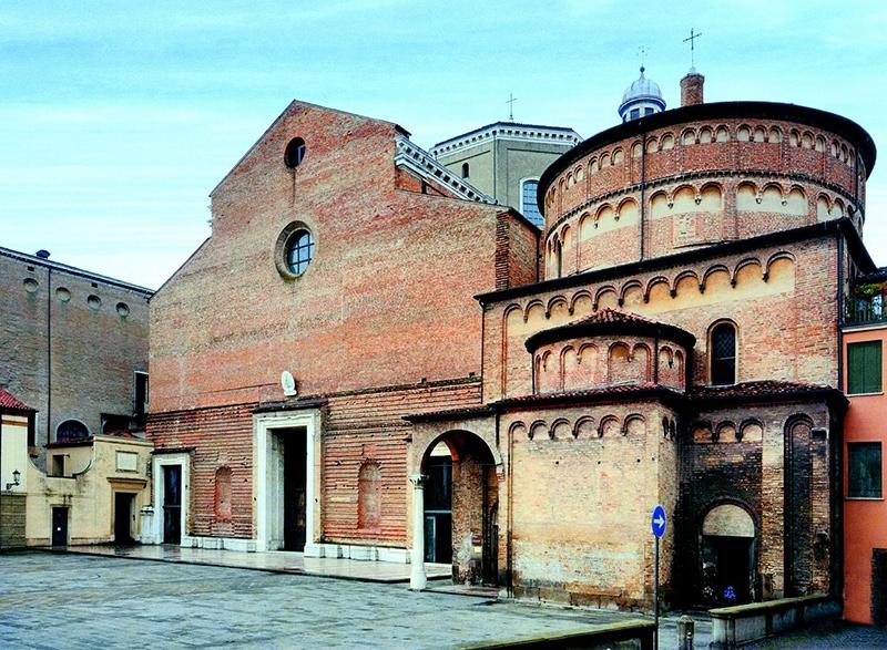 Кафедральный собор и Баптистерий. Собор неоднократно достраивался и перестраивался, фасад его так и остался незавершённым
