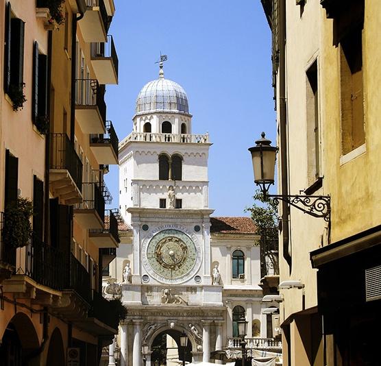 Часовая башня Torre dell'Orologio. Часы на башне установлены в 1477 году и идут по сей день