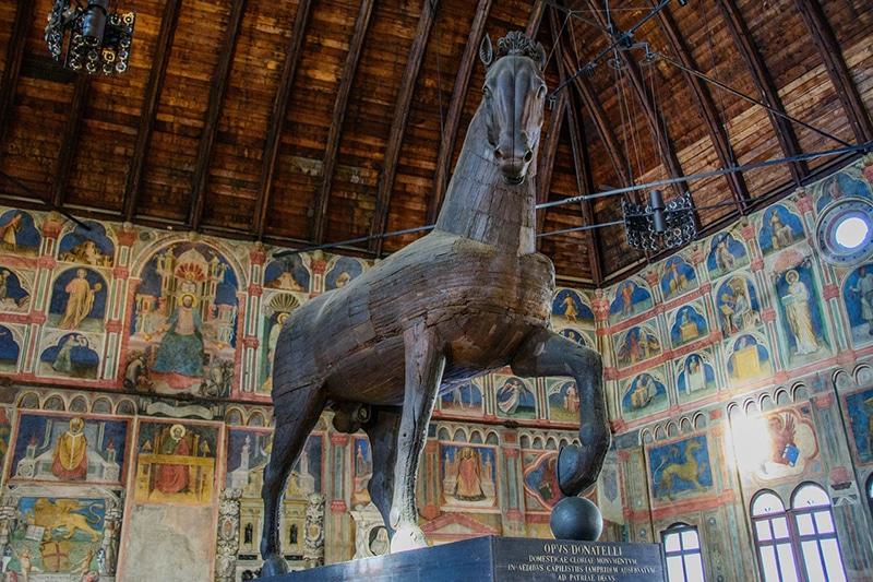 Деревянный конь Донателло в Palazzo della Ragione