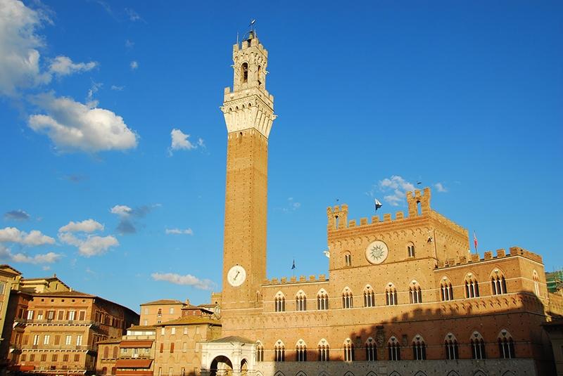 Torre del Mangia или Башня Обжоры. Высота башни - 102 м. Смотровая площадка башни расположена на уровне 88 м.
