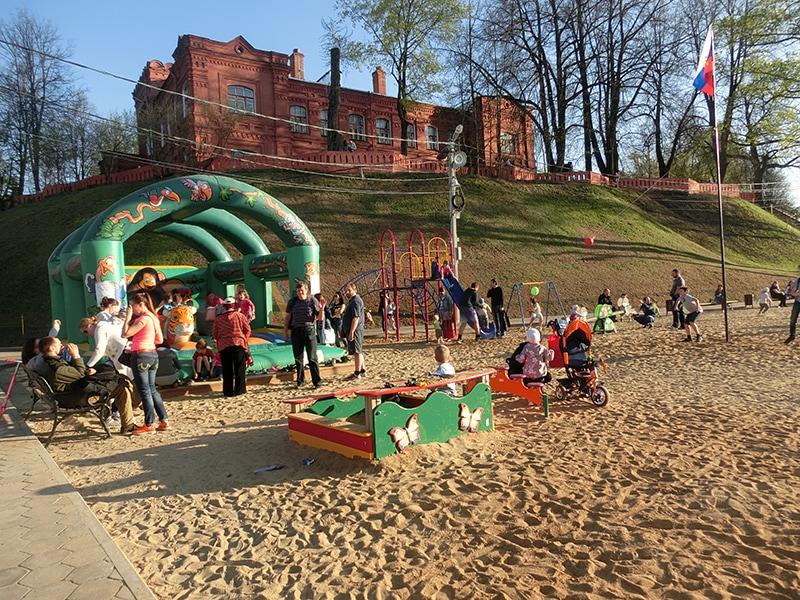 Детская площадка рядом с Лаврой и Келарским прудом. Красивый старинный особняк из красного кирпича сверху и есть Музей игрушки