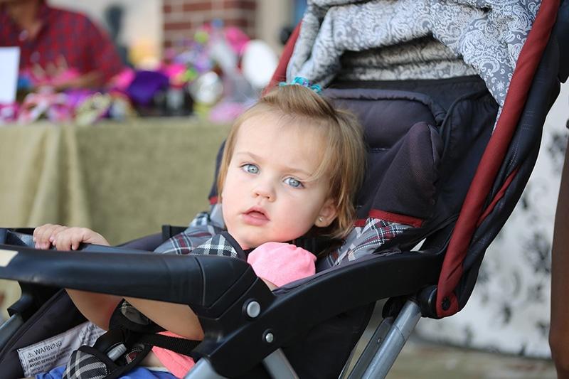 С детьми до трех, а то и до четырех лет, без коляски не обойтись. Мало того, что ваши руки будут свободны от малыша, так вы еще сможете и ручную кладь перемещать, повесив на ручку коляски.