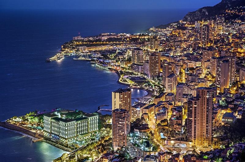 Вид на ночной Монако, блистающий огнями, захватывает дух